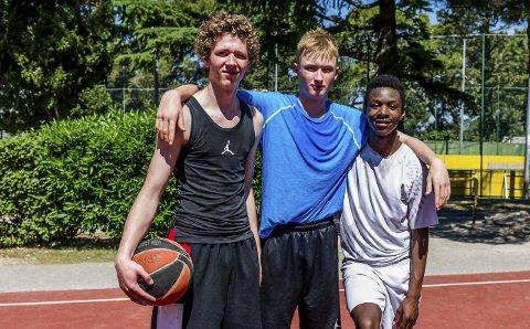 I KROATIA: De tre haugesunderne samlet på basketcampen i Kroatia i sommer. Fra venstre Mikal Gjerde, Erlend Lokna og Mapira Japhet. Foto: Astrid Hagland Gjerde