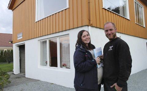 På boligjakt: Oddgeir Kvinnesland (26) fra Skjold og Julie Sætre (23) leter etter sin første bolig, men endte ikke opp i dette huset på Norheim. FOTO: STINE HELGESEN-EIDE