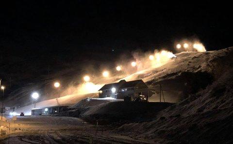 PRODUKSJON: Det produseres mengder med snø i Røldal skisenter om dagen. Onsdag snødde det, og mer er meldt torsdag. En påfølgende kald periode gjør at skisenteret øyner åpning snart.