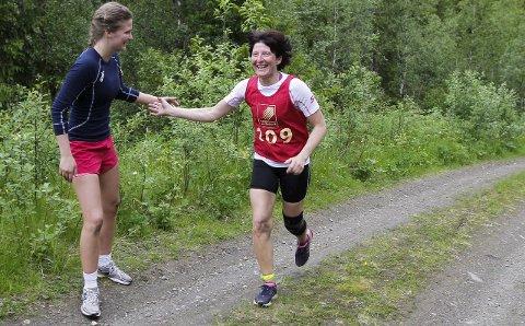 Heia mamma: Nora Benjaminsen heier på mamma Tove Mette Gammemoe. De løp i samme klasse og ble nummer en og to.