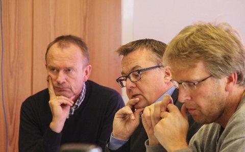 Planutvalget: Høyres Stig Høyvik (i midten) var opptatt av at søknaden fra Levinord om reguleringsprosess for parkering til registrene skulle imøtekommes. Dette fikk han gjennomslag for i planutvalget. Rådmann Pål Trælvik (t.v.) og Tore Tveråmo. Foto: Hildegunn Tjøsvoll