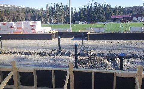 GRUNNARBEID: Grunnarbeidet er ferdig og forskalinga er på plass på Vegset stadion. Det nye klubbhuset på tribunesida ved kunstgressbanen skal stå ferdig til høsten. I bakgrunnen ser vi det gamle klubbhuset som kan bli lager.  FOTO: PER VIKAN