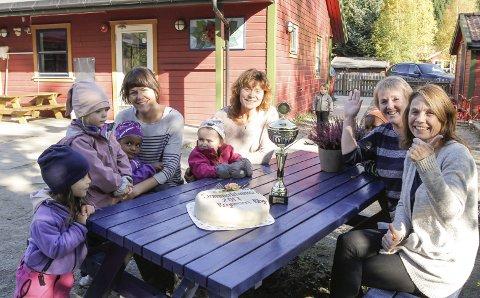 VINNERE: Lagkonkurransen i fjor ble vunnet av Regnbuen barnehage. Her fire fornøyde ansatte og barn med gratulasjonskake.