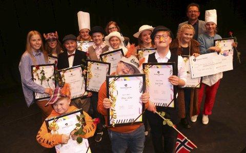 VINNERNE: Norsk Tipping ved Roar Jødahl (bakkerst til høyre) deler ut 100 Drømmestipend. Ett av dem går til Teater UNG & Gutta Boyz. Det er vel verdt å feire med vaiende flagg for skuespillerne i «Hakkebakkeskogen».  Foto: Stine Skipnes