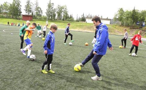 PÅMELDING: Fotballskolen på Kippermoen nærmer seg, og påmeldingen har startet. Dennis Smalsundmo er sjef for første gang for de fotballglade ungene i alderen 7–12 år. Helgelendingen og Mosjøen IL Fotball samarbeider om fotballskolen.  FOTO: PER VIKAN