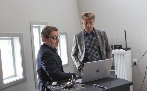 Tøff Jobb: Mange ansatte i Hattfjelldal kommune blir berørt av rådmann Stian Skjærviks økonomiske hestekur. Ordfører Harald Lie (t.h.) studerer tallene. Bilder: Rune Pedersen