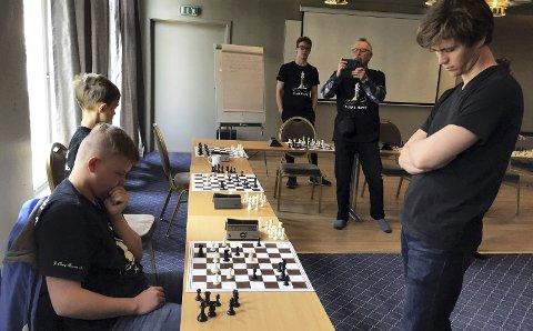 Sjakk matt: Benjamin Arvola Notkevich brukte 40 minutter på å slå samtlige spillere. William Brubakk bryner seg mot mesteren.