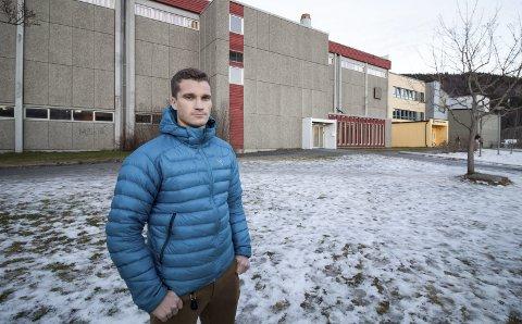 JOBBER FOR UTBYGGING: Joakim Finsås foran Kippermohallen fra 1971. Han fronter prosjektet «Storhall i Vefsn» der 17 lag og foreninger ønsker en større utbygging til erstatning for den gamle hallen.   Foto: Per Vikan