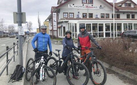VANLIG SYKKEL OG EL-SYKKEL: Helgelendingens sportsjournalist har testet løypa med vanlig sykkel sammen med elsyklistene Laila Nordli og Jøran Nordli. Det blir eget segment for dem som har elsykkel.   Foto: Privat