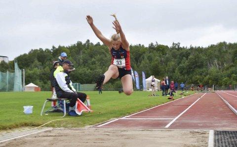 SANKER POENG: Allsidige Åse Vik Larsen fra Hattfjelldal friidrett er en god poengsanker. Her er hun i lengde under friidrettsstevnet på Mørkvedlia tidligere i sommer.  Foto: Kristoffer W. Pettersen