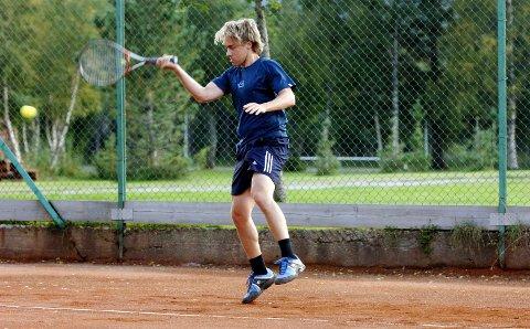 KIPPERMOEN: Det er en stund siden Kim Solberg spilte på et nylagt toppdekke på grusbanen på Kippermoen. Det var i 2006, og i årene etterpå var han og Mosjøen tennisklubb på sitt beste. Kim Solberg ble nordnorsk mester i 2007.  Foto: Per Vikan