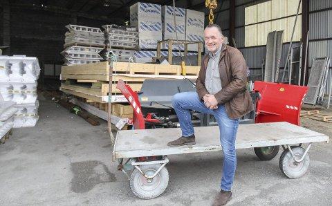 10.000 KRONER PER MEDARBEIDER: Dag Edvardsen, daglig leder  i Elmar Svendsen AS i Mosjøen vil ta samfunnsansvar og slår til med  350.000 kroner til prosjekt storhall i Vefsn. Det er 10.000 kroner per medarbeider i firmaet.  FOTO: Per Vikan