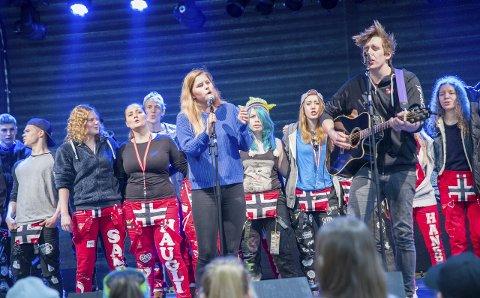 PAR I HJERTER: Tara og Jørn leverte varene fra scenen under Storhallmessa i Lakselv søndag formiddag. De fikk hjelp fra russen som dansende kor. Foto: Tor Kjetil Kristoffersen