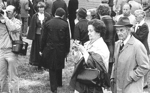 MØTTE KONGEN:  I 1983 fikk Signe og Trygve Eriksen møte kong Olav, som la ned blomster ved partisanmonumentet. Eriksen fikk senere Deltakermedaljen i posten.