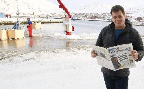 STOLT REDAKTØR: Øystein Ingilæ mener staben i fiskeriavisa Kyst og Fjord har lov til å være stolte over det de har fått til. Her på kaia i utgiverstedet Kjøllefjord.Foto: Privat