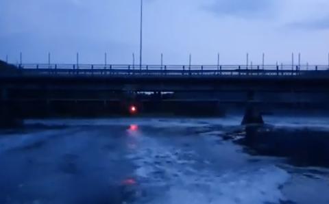 VARSLER: Det er kun satt opp et rødt lys som blinker på den lengste stolpen på stillaset. Trygve Ramberg oppfordrer til å ferdes forsiktig med båt under Strømmen bru.