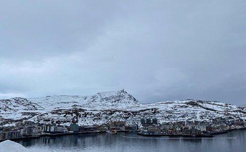 GRÅTT: Utenfor kysten av Finnmark ligger tre lavtrykk i kø og venter på påske. Her været i Hammerfest tirsdag.