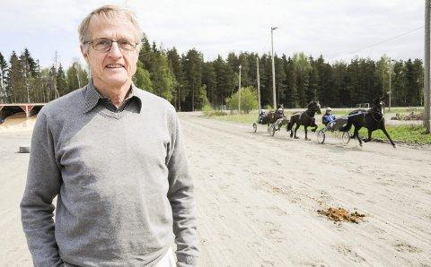 Klare for kjøring: Speaker Ivar Egeberg kan friste med kjente kusker, mange ponnier og hester i norgestoppen under lokalkjøringen på Bruvollen.Foto: Anita Jacobsen