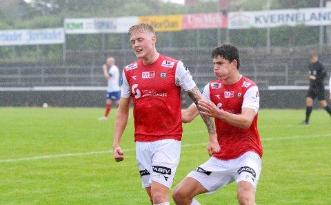 MÅLET KOM TIL SLUTT: Vegard Aasen (t.v.) har gitt Bryne ledelsen. Daniel Karlsbakk er førstemann til å gratulere.