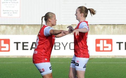 VIDERE I CUPEN: Marthe Christine Johannessen (t.v.) jubler sammen med Karina Fløysvik Hæåk etter sistnevntes 1-0-scoring.