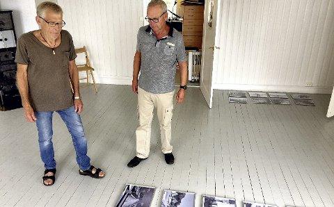MYE JOBB: Jan Gunnar Flannum (til v.) og Tom Amundsen har mye å gjøre med utstillingen av bilder, som åpner søndag. De synes fotografiene til «Jompa» fortjener et stort publikum.Foto: Lars Ivar Hordnes