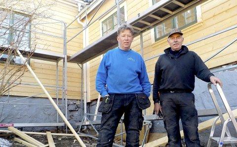 LAGARBEID: Morten Flannum (til v.) fra Holmestrand og Tor Sørbø fra Sande foran hovedbygningen ved Vasmarken gård på Borre. Vidar Hildre Skjevik var ikke til stede da bildet ble tatt. Foto: Lars Ivar Hordnes