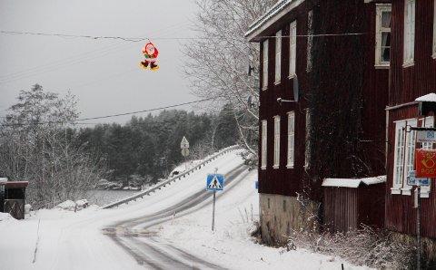 Noen mindre? Eidsfoss hadde «Verdens korteste julegate». Nå er nissen flyttet til et tryggere sted. Tømmerbiler med høy last holdt på å bli dens bane.foto: Jarl Rehn-Erichsen
