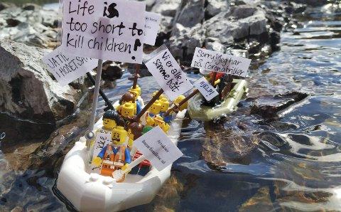 Flyktninger: Legofigurer som båtflyktninger i middelhavet.alle foto: Holmestrand Rødt
