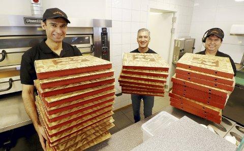 Pizza i store stabler: – Stolthet preger kjøkkenet, særlig etter påskedugnaden, sier Jalal Gargari (i midten). Til venstre: Miran Noor og Mohsen Nori til høyre. Aryan Hedow var ikke til stede da bildet ble tatt. Foto: Pål Nordby