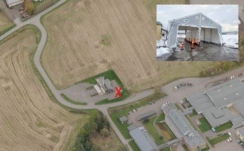 Her er den nye teststasjonen for Holmestrand (rødt kryss). Den ligger rett ovenfor skolene på Gjøklep. Det er satt opp et stor hvitt telt på parkeringen til varmeanlegget for skolene.