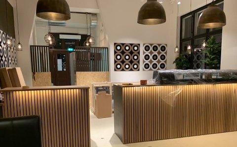 ÅPENT KJØKKEN: Den nye matbaren har en åpning løsning, slik at kundene kan observere mens maten blir laget.