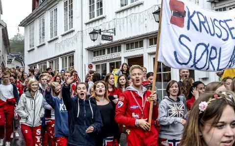 Russen kommer: Gjennom byens gater kom de, dansende og syngende. Her på vei mot Jens Lauersøns plass og Blindtarmen hvor det årlige «russe-OL» ble arrangert. Alle foto: Jimmy Åsen