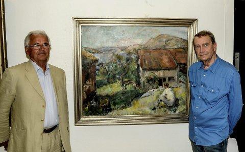 Stolte: Sverre Okkenhaug og Tore Juell ved Henrik Lunds maleri «Espevika, Skåtøy». Dette er ett av fire malerier som Henrik Lund malte i Kragerø. Lunds malerier er noen av flere høydepunkter på utstillingen. Foto: Jimmy Åsen