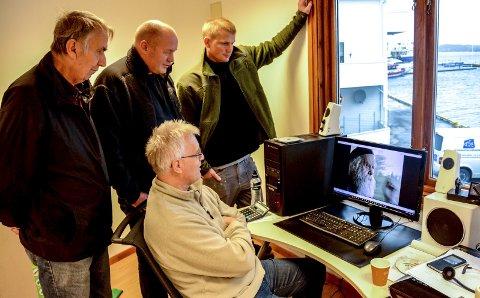 Ser på film: F.v. Roy Isnes, som skal lage en dokumentarfilm om prosjektet, Petter Hareide i Nav/Talenthuset, Jo Borkhus, som har snekkerverksted på Strand, og i forgrunnen Martin Eikeland. Han driver Lokalnytt.info, som skal fronte pengeinnsamlingen.