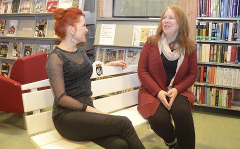 På benken: Varaordfører Charlotte Therkelsen Sætersdal (t.v.) og biblioteksjef Hilde Triseth på lyttebenken i biblioteket.
