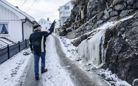 Smedsbuktaveien: Fredrik Bugge kunne peke på flere issvuller som har dannet seg langs veien.