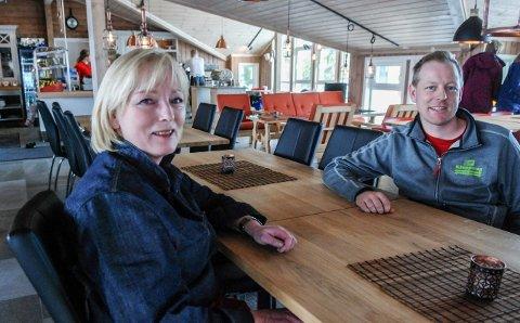 SØKER: Nå vil Gro Kyllesdal og sønnen Rolf Erik Storebaug selge øl fra Fagerfjellstua.