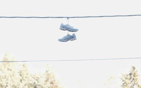 Hvorfor henger det sko i strømlendingen?