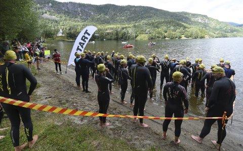 VARMT NOK: – Vi målte vanntemperaturen lørdag og da var den 16 grader, sier Eirin Ulbaasen. Blir det førstkommende lørdag, skal det svømmes full distanse, 1.500 meter, i Norefjorden.ALLE FOTO:  OLE JOHN HOSTVEDT