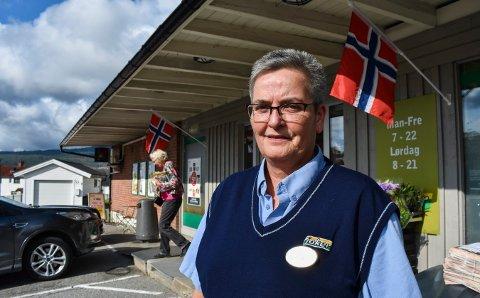 GODE ERFARINGER: Rigmor Olsen, butikksjef på Joker Risteigen ønsker å fortsette med ordningen med hjemlevering av mat og alkohol.