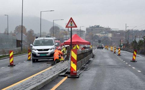 Det gjenstår noe arbeid før nye Gomsrudveien kan åpne alle fire feltene, melder Statens Vegvesen torsdag. Bildet ble tatt i 14-tiden torsdag.