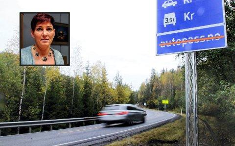 BOM: Notodden-ordfører Gry Fuglestveit, avviser at hennes kommune stikker kjepper i hjulene for ny plassering av Meheia-bommen. Mange  har kjempet - og fått medhold i - at bommen skal flyttes fra Saggrenda (bildet) til Jerpetjenn på Notodden-grensa.