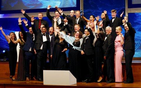 Dette er gjengen som Kongsberg Maritime har samarbeidet med, og som i Monaco mottok en pris for arbeidet med å kartlegge havbunnnen. Mens Bjørn Jalving står helt til høyre, står Stian Michael Kritoffersen som nummer to bak fra venstre.