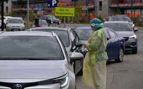 MYE Å GJØRE: Testingen foregår ikke lenger utendørs i biler, men likevel adskilt fra legevakta.