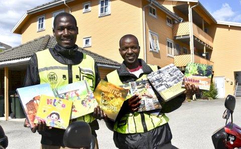 Stort utvalg: Det er et stort utvalg bøker fra Norsk Bokforlag de har med seg på mopedene. F.v. Wantonyi Kennedy Simiyu og Nyakundi Charles Omoi Raphael.