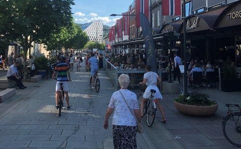 SYDEN-STEMNING: Folk har tatt til gatene de siste ukene. I sosiale medier mener mange at det er for fullt på utesteder og serveringssteder i Lillestrøm. Bransjen selv er uenig.