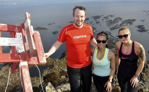 Topp tur: Festvågtinden (541 moh) er en av toppene som er med i Staminas sommerkonkurranse. Paul Klausen, Chutima On-Chaya og Melissa Olsen er enige om at det er en flott tur. Foto: Bjørnar Larsen