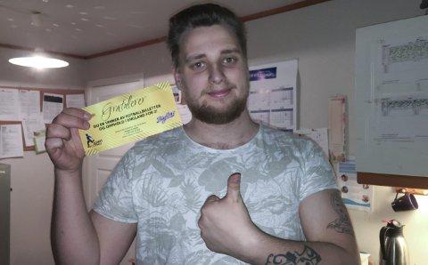 Gullhår: Eivind Jakobsen fant en gullbillett i esken da han skulle steke sin BigOne. Det ble et lønnsomt måltid.Begge foto: Privat