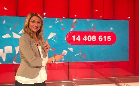 GLEDE: Programleder May Lisbeth Midtgård Myrvang kan gratulere den nybakte vinneren med 14,4 millioner kroner.