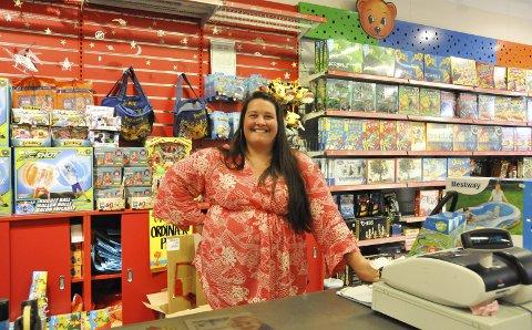 Daglig leder: Kristine Fremnes ved Ringo og Lille Bille forteller at leketøysbutikken skal flytte inn i nye lokaler når arbeidet med overbygget mellom AMFI og Clas Ohlson starter i midten av august. Foto: Synne Mauseth